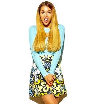 Piękna zdziwiona blond kobiety dziewczyna w przypadkowych modnych letnich ubraniach bez makijażu
