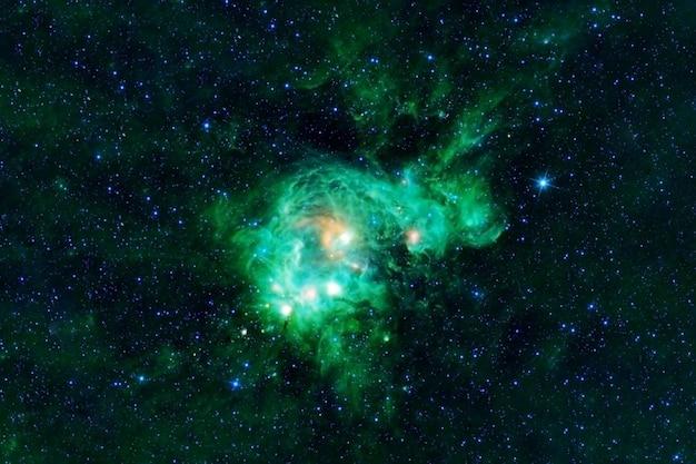 Piękna zielona galaktyka w kosmosie elementy tego obrazu zostały dostarczone przez nasa