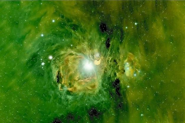 Piękna zielona odległa galaktyka głęboka przestrzeń elementy tego obrazu zostały dostarczone przez nasa