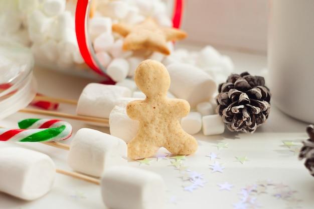 Piękna zimowa kompozycja z imbirowym chlebem