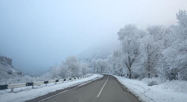 Piękna zimowa śnieżna górska droga