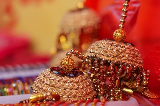 Piękna złota biżuteria dla kobiet. kolczyki