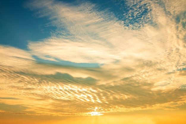 Piękna złota niebo chmura z zmierzchem. piękny