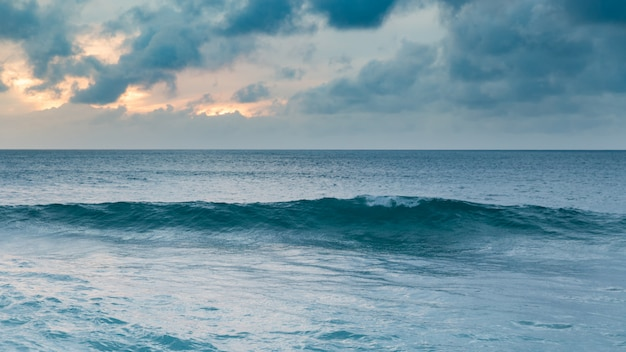 Piękna zmierzch linia brzegowa przy tropikalną piaskowatą plażą w oahu wyspie, hawaje