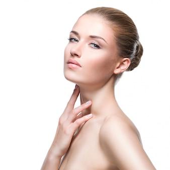 Piękna zmysłowa kobieta z zdrową skórą