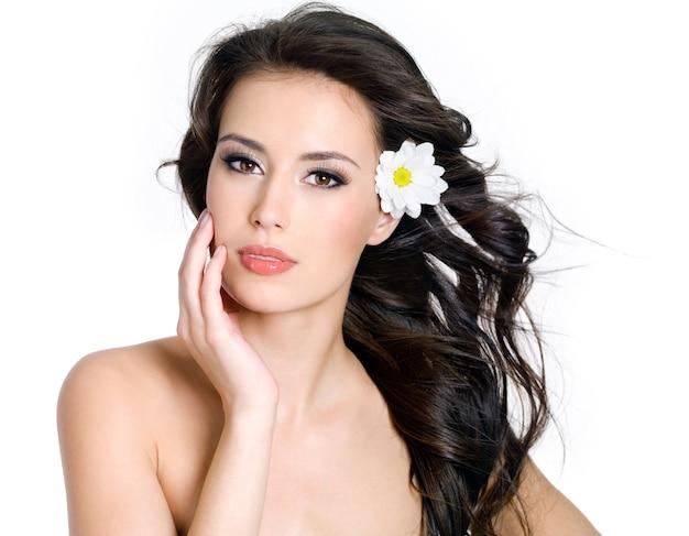 Piękna zmysłowość kobieta z świeżą skórą twarzy - białe tło