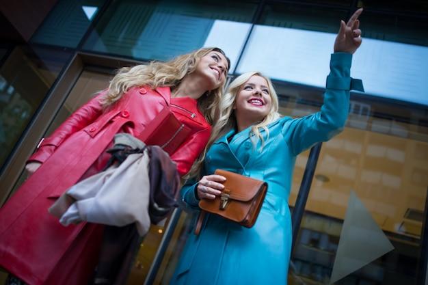 Piękne atrakcyjne dziewczyny ze skórzanymi modnymi ubraniami