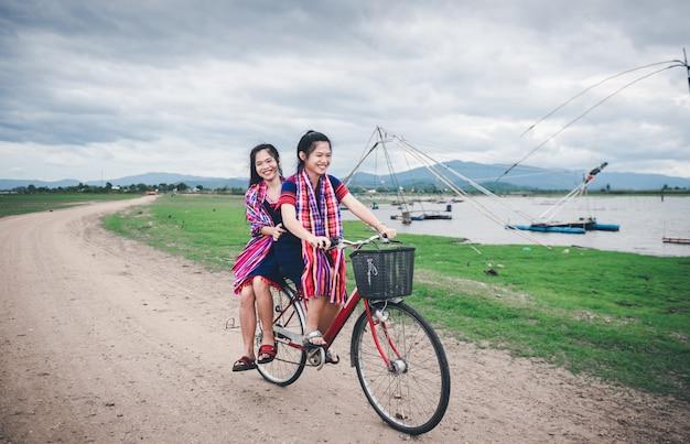 Piękne azjatki lubią podróżować po tajlandii, jeżdżąc na rowerze