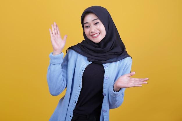 Piękne azjatyckie kobiety ubrane w ubranie, uśmiechając się i pokazując coś gest