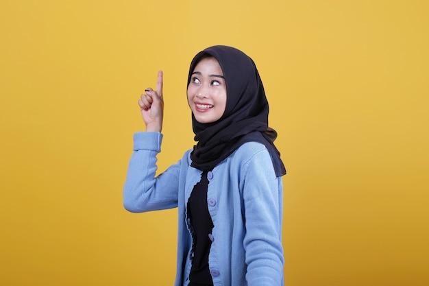 Piękne azjatyckie kobiety ubrane w ubranie, uśmiechając się i wskazując gestem