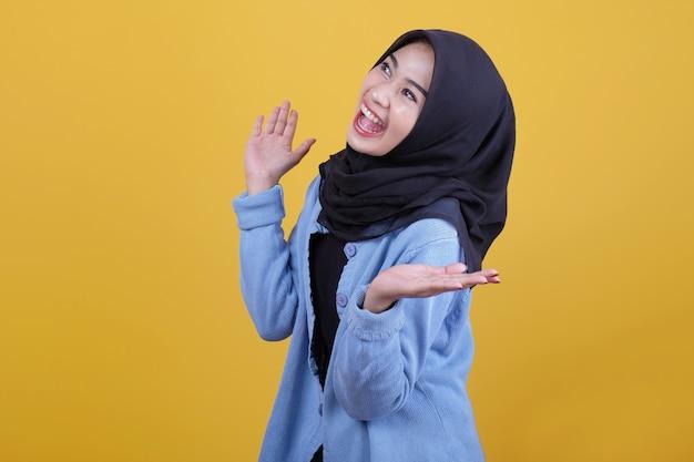 Piękne azjatyckie kobiety ubrane w ubranie, uśmiechając się wiwatują i pokazując coś gest
