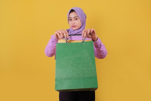 Piękne azjatyckie zakupoholiczki trzymając torby na zakupy, pokazując torbę na zakupy
