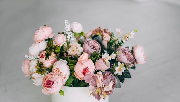 Piękne beżowe fioletowe fioletowe różowe kwiaty w białym pudełku