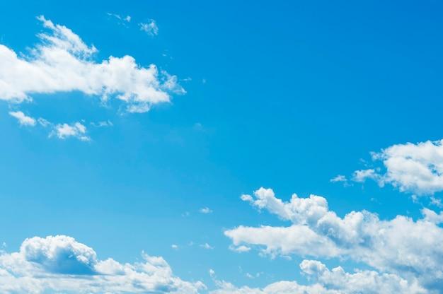 Piękne białe chmury na niebieskim niebie. poziome ujęcie.