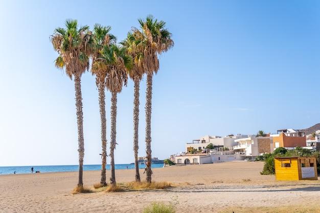 Piękne białe domy na plaży miasta san jose w naturalnym parku cabo de gata