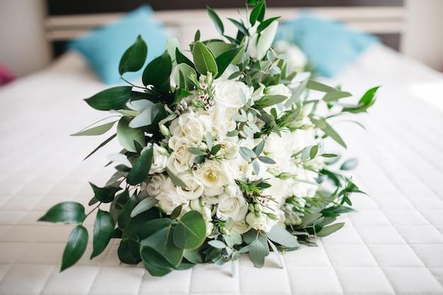 Piękne białe kwiaty leżą na stole