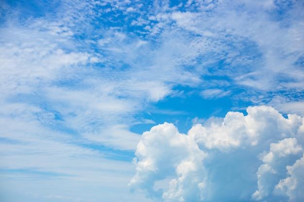 Piękne białe puszyste i pierzaste chmury na tle błękitnego nieba. naturalne delikatne tło dla tekstu.