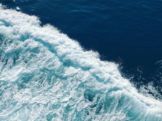 Piękne białe spienione fale morza