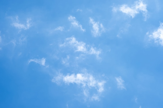 Piękne błękitne niebo chmury na tle.