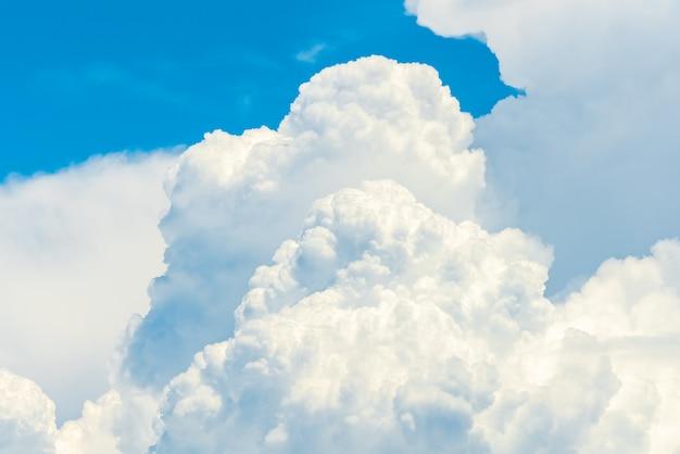 Piękne błękitne niebo i białe chmury cumulus