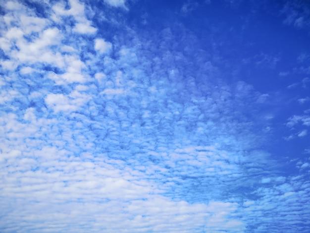 Piękne błękitne niebo i chmura cirrus w słoneczny dzień