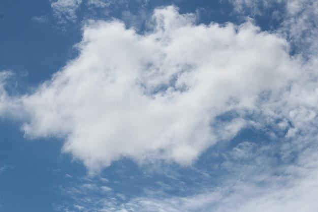 Piękne błękitne niebo i piękna chmura cirrus w słoneczny dzień. można użyć banera, tła, tapety.