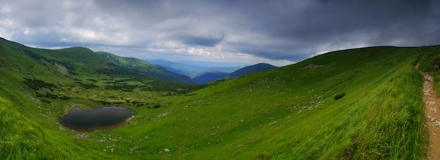 """Piękne Błękitne Niebo I Skała Wysoko W Karpatach. Jezioro """"nesamovyte"""" Premium Zdjęcia"""