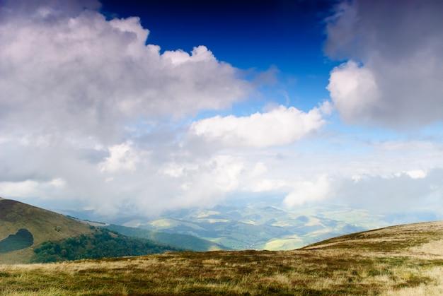 Piękne błękitne niebo i sucha trawa wysoko w karpatach
