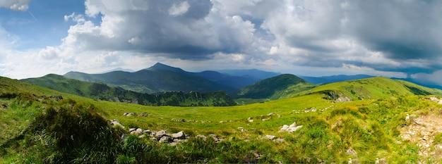 Piękne błękitne niebo i trawa wysoko w karpatach, nadchodzi burza. goverla z tyłu