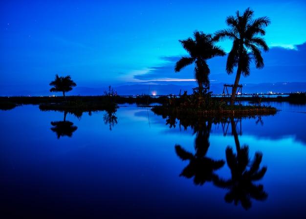 Piękne błękitne niebo na plaży w tropikach