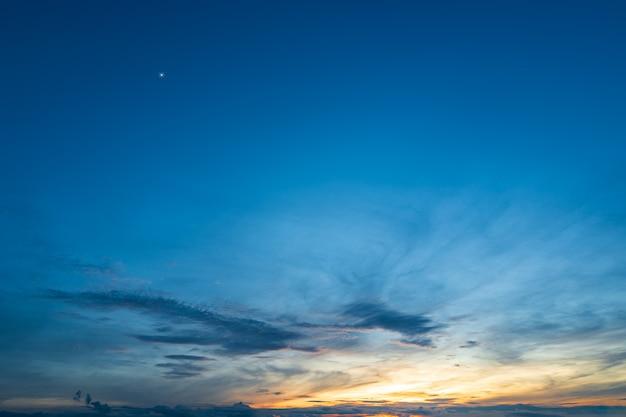 Piękne błękitne niebo przed wschodem słońca