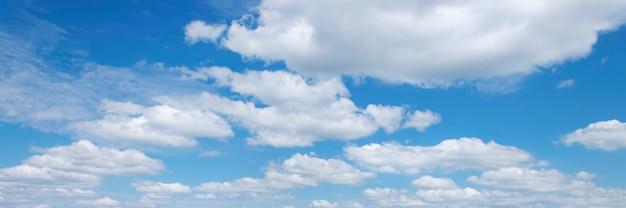 Piękne błękitne niebo z białymi chmurami. panorama