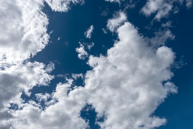 Piękne błękitne niebo z białymi chmurami po południu.