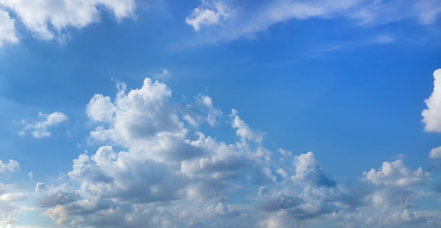 Piękne błękitne niebo z białymi chmurami