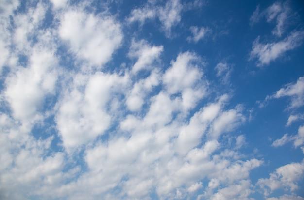 Piękne błękitne niebo z chmurą