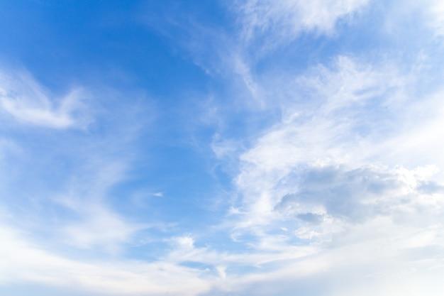 Piękne błękitne niebo z chmurami