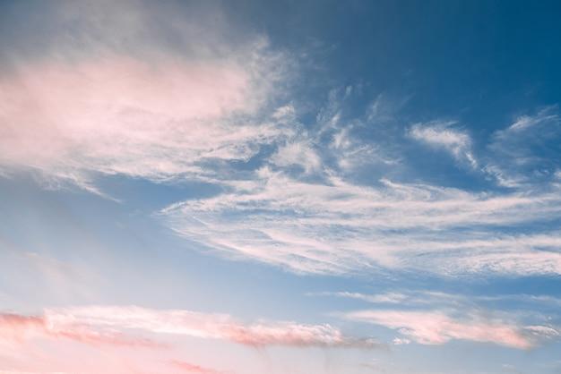 Piękne błękitne niebo z kilkoma chmurami o zachodzie słońca