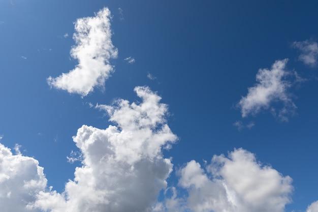 Piękne błękitne niebo z teksturowanymi chmurami
