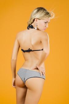 Piękne blond dziewczyna nosi bikini