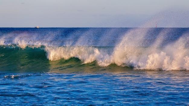 Piękne blue ocean wave na wybrzeżu costa brava w hiszpanii