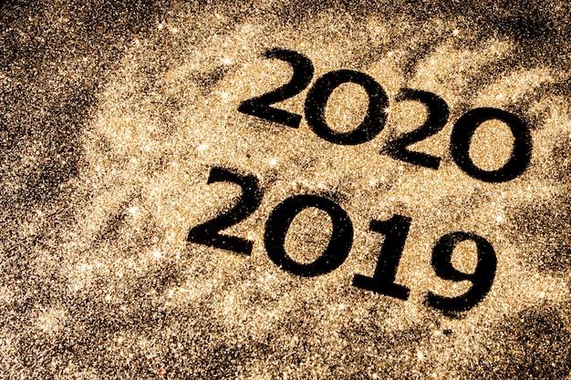 Piękne błyszczące złote liczby od 2019 do 2020