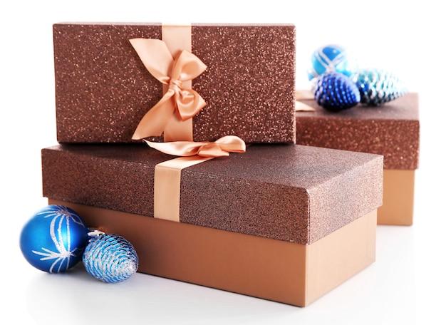 Piękne brązowe prezenty świąteczne z zabawkami na białym tle