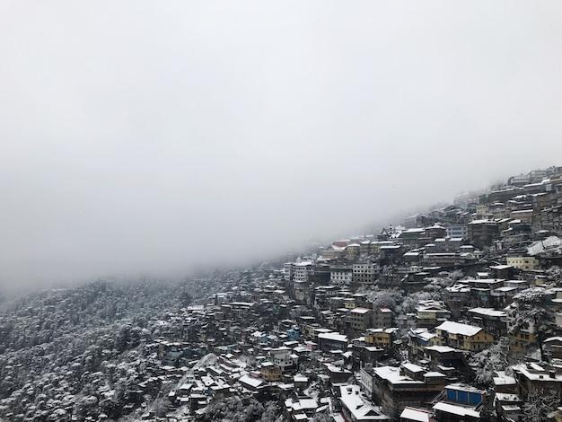 Piękne budynki architektury górskiej pokryte śniegiem