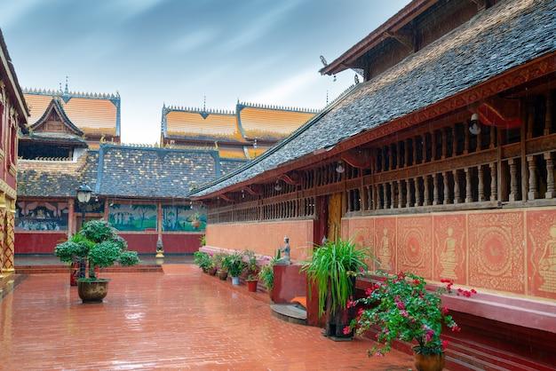Piękne budynki w starożytnych świątyniach w xishuangbanna, yunnan, chiny.