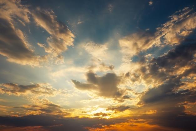 Piękne burzowe niebo zachód słońca. pochmurno streszczenie tło.