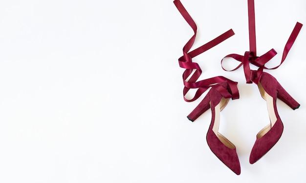 Piękne buty na obcasie damskie buty widok z góry na białym tle