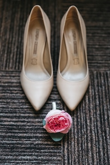 Piękne buty ślubne i kwiat