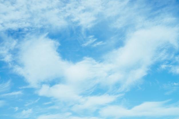 Piękne chmur pierzastych chmury w jasnym niebieskim niebie.