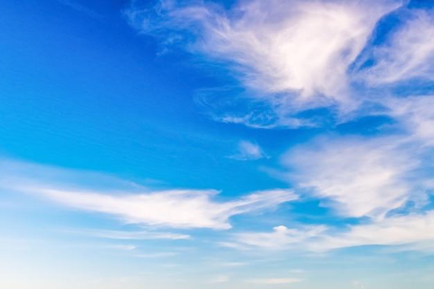 Piękne chmury cirrus na niebieskim niebie, naturalny krajobraz