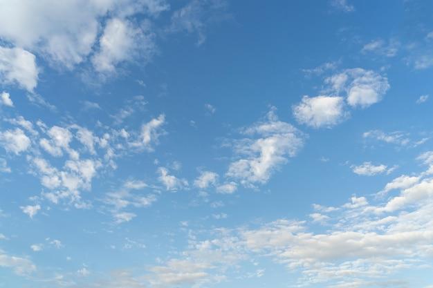 Piękne chmury i błękitne niebo. miękkie niebo z miękkimi chmurami w tle.